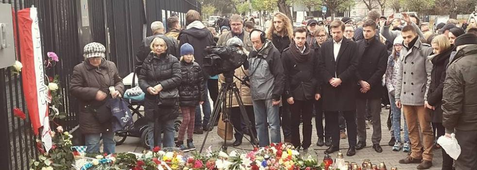 Hołd ofiarom zamachów w Paryżu