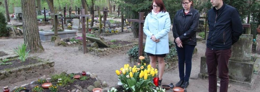 Przy grobie T. Mazowieckiego w Laskach