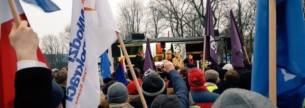 Protest pod Sejmem w obronie parlamentaryzmu